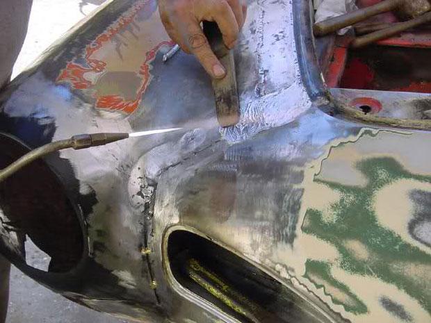 fotografia de un coche reparando la chapa